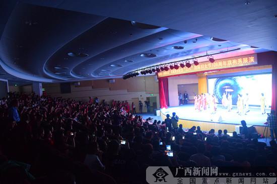 """防城港举行主题旗袍秀庆""""三八""""节"""