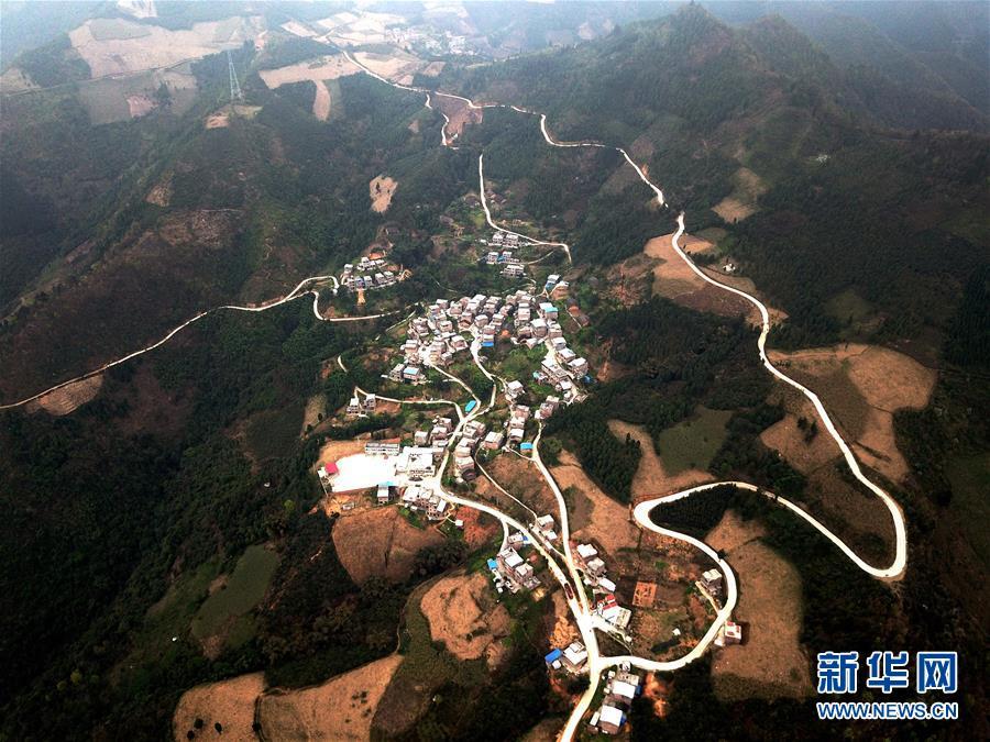 (经济)(4)百色:筑通进村水泥道 铺就山乡振兴路