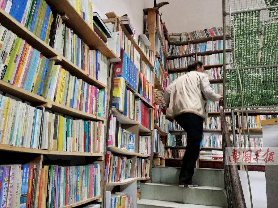 东兴一老人爱书如命家中六层楼五层藏满书(组图)