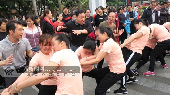 田阳:大型女子拔河比赛开赛(图)