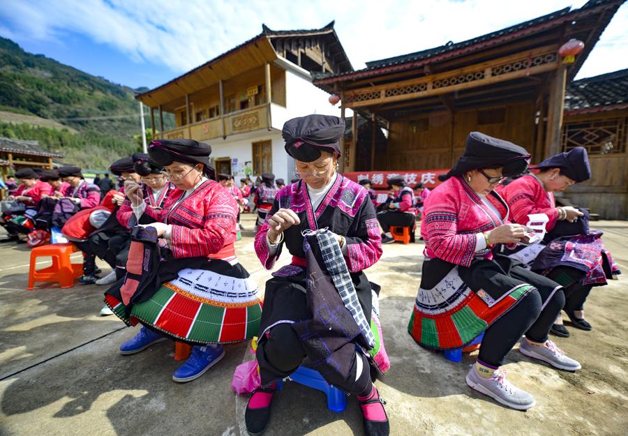 龙胜:红瑶妇女刺绣竞技展巾帼风范(组图)