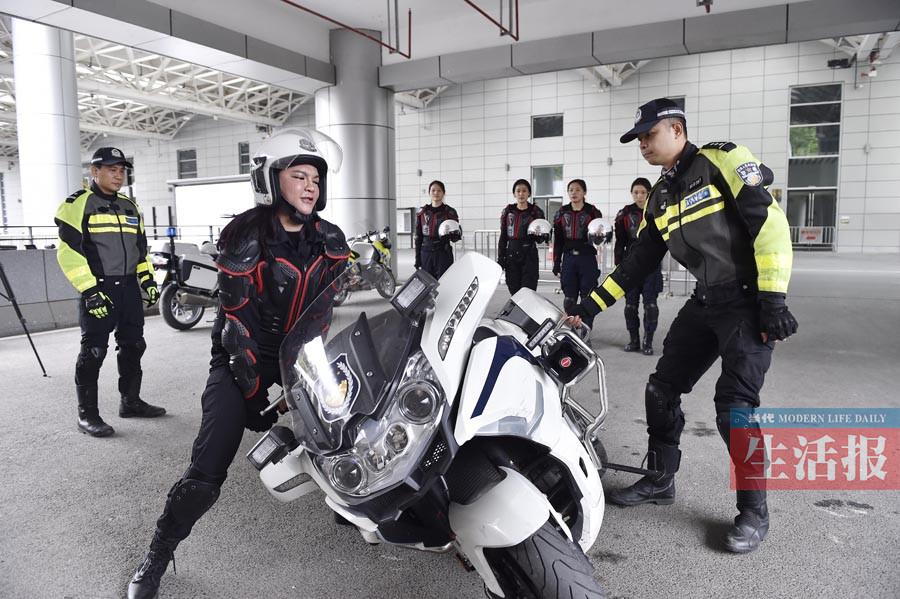 """女骑警将穿梭在南宁大街小巷 6名""""警花""""入列(图)"""