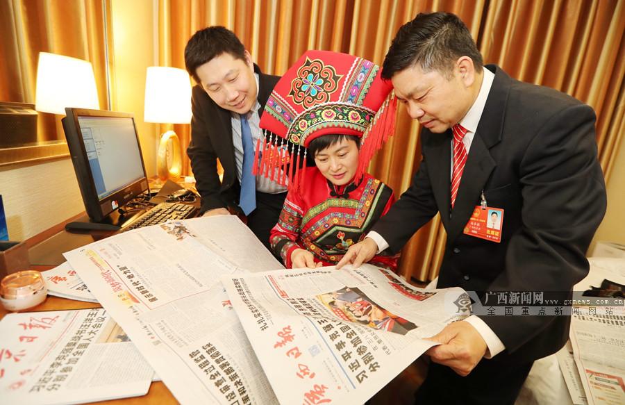 陆弟敏、吴洁秋、吴刚代表阅览广西日报两会报道