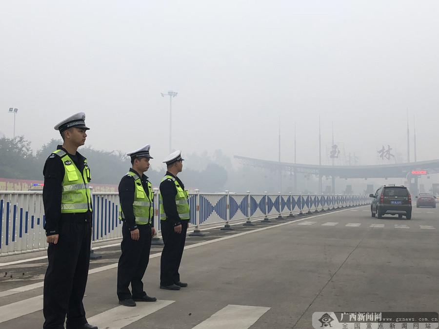平安春运交警同行 广西各地交警坚守岗位为民护航