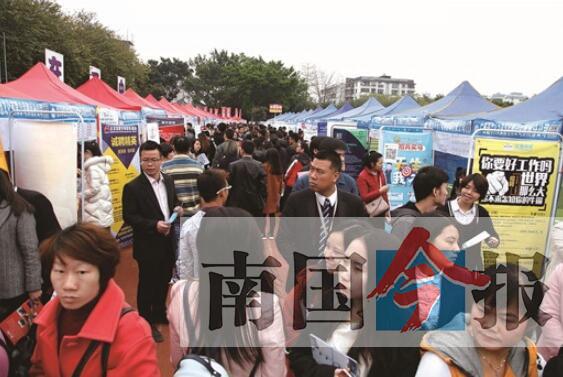 柳州春季大型人才招聘会引来3万人次求职(图)
