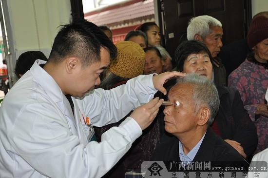 柳州红会医院眼科专家赴鹿寨为白内障患者送光明