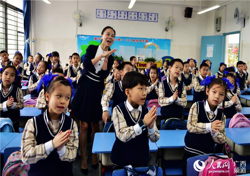 """图为老师领着孩子们学唱""""经典"""" (左春燕 摄)"""