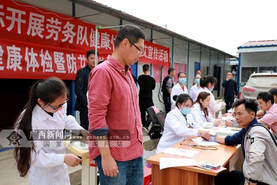 医护人员为乐百高速项目一线工人开展健康体检