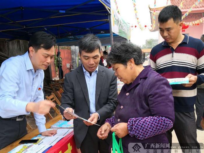 农行东兴市支行借红坎哈节开展权益日宣传活动
