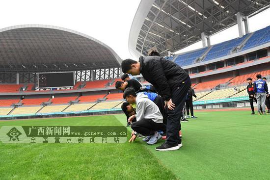 """2018""""中国杯""""开赛在即 志愿者到比赛场馆接受培训"""