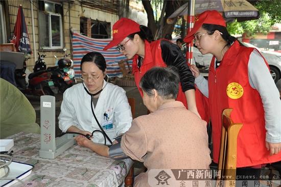 柳州市红会医院党员志愿者走进弯塘社区服务居民