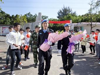维和英雄为东兴市京族学生宣讲海外经历
