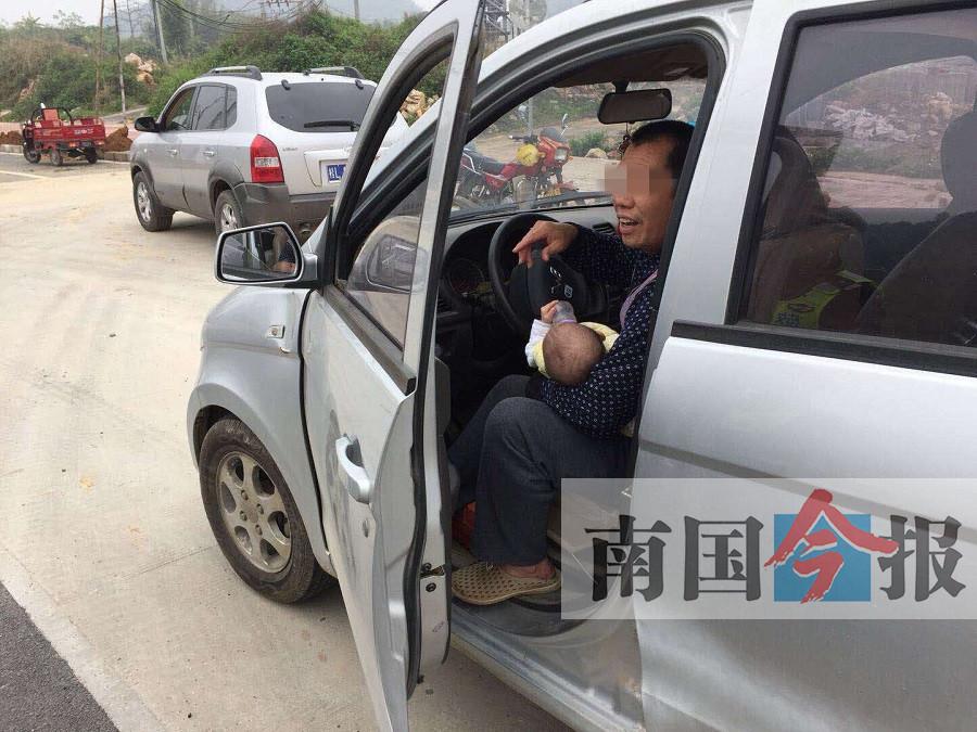 """""""奶爸""""抱着婴儿开车被叫停 儿童乘车应坐安全座椅"""