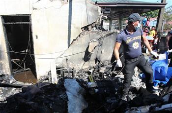 菲律宾一小型飞机坠入民宅致7人死亡