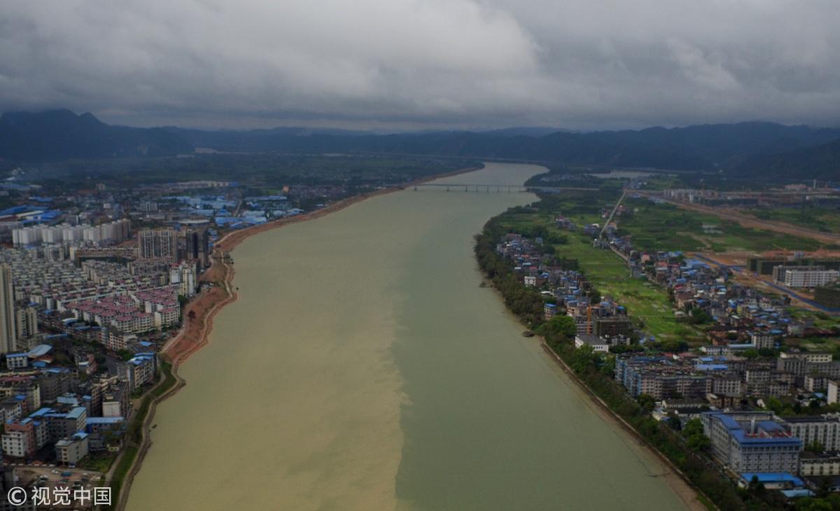 """广西柳州:融江江面现""""阴阳水""""(组图)"""