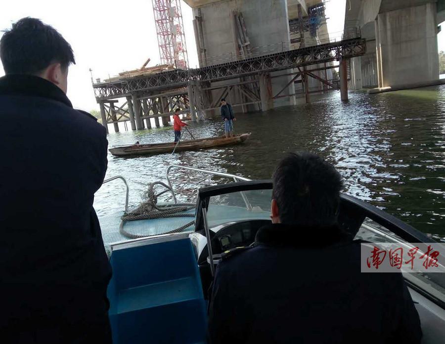 """两村民在建桥下""""捞宝"""" 被执法人员当场劝离(图)"""
