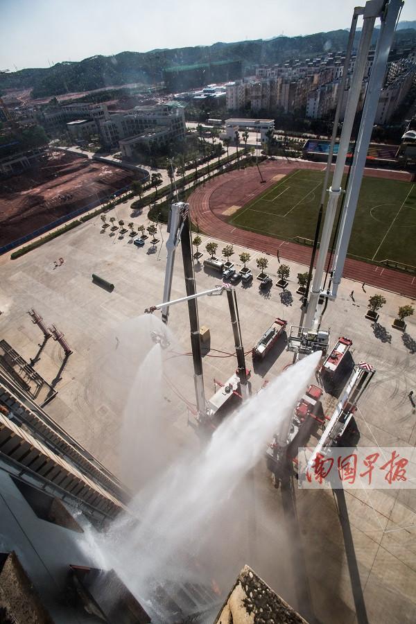 南宁:101米登高消防车测试高层灭火