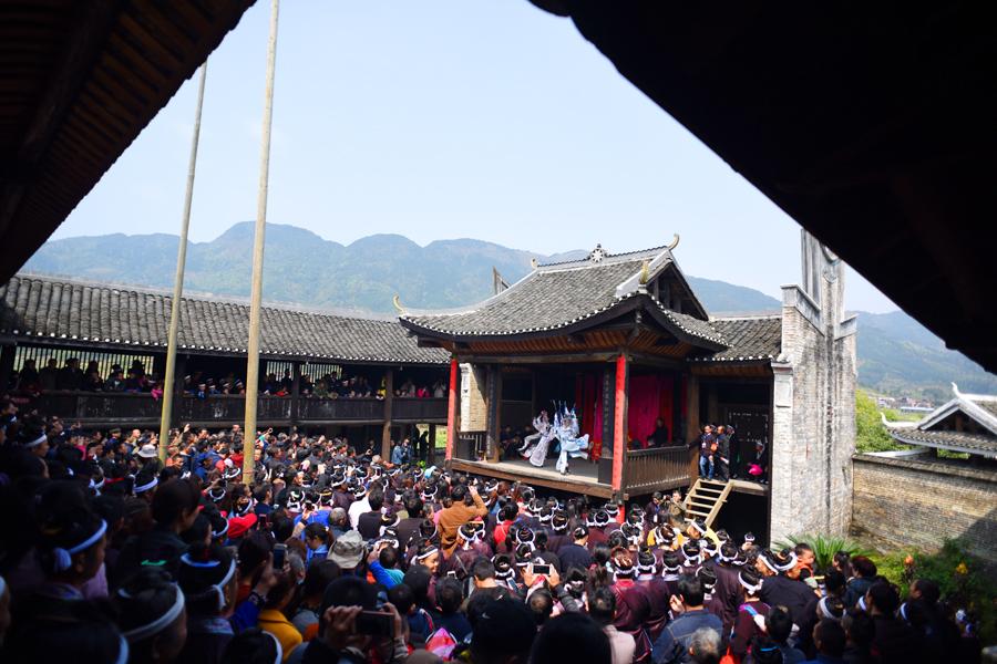 多彩节目轮替演出 三江传统庙会吸引八方游客(图)