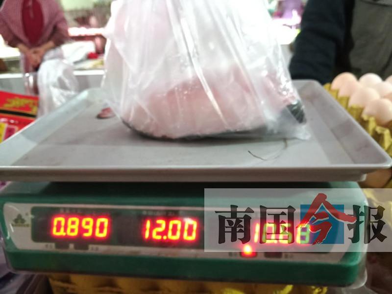 """记者暗访吃秤头摊点:一斤鱼肉称出""""二两鳞""""(图)"""