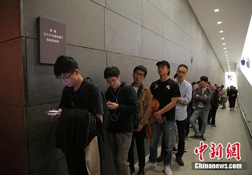排队等待观展的参观者。央美供图
