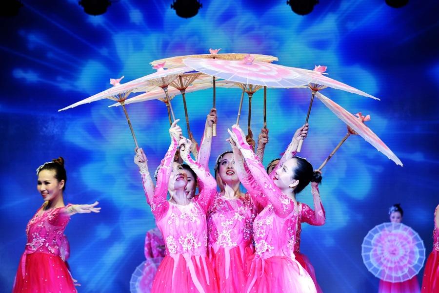 传统与古代联合 柳州举行民族衣饰文明汇演(组图)