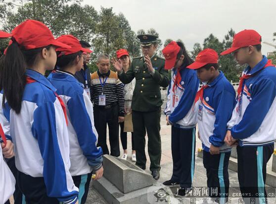 防城港:边防民警与学生共祭先烈