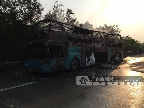 广昆高速公路贵港段一客车突发自燃 乘客及时逃生