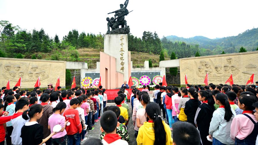 清明前夕龙胜学子祭英烈接受爱国主义教育(图)
