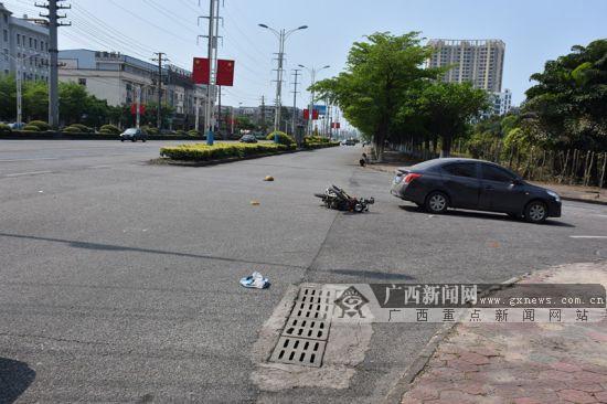 戴头盔没扣卡扣 摩托车与小车发生碰撞致两人受伤