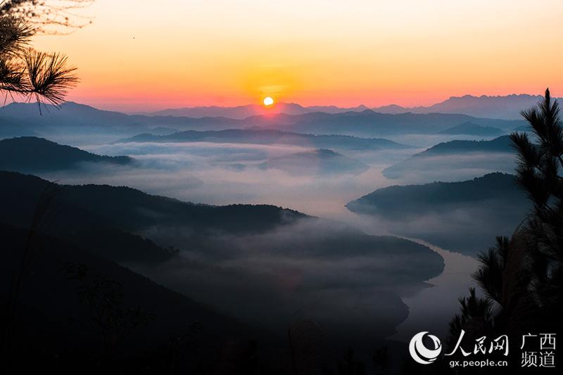 广西十万大山铺开美丽山水画卷(组图)