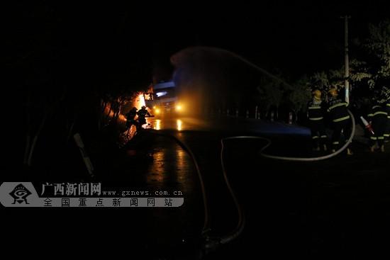 河池一油罐车行驶中起火 消防官兵紧急处置(图)