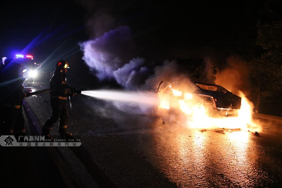 南丹:小轿车追尾后起火 引燃前车火光冲天(图)