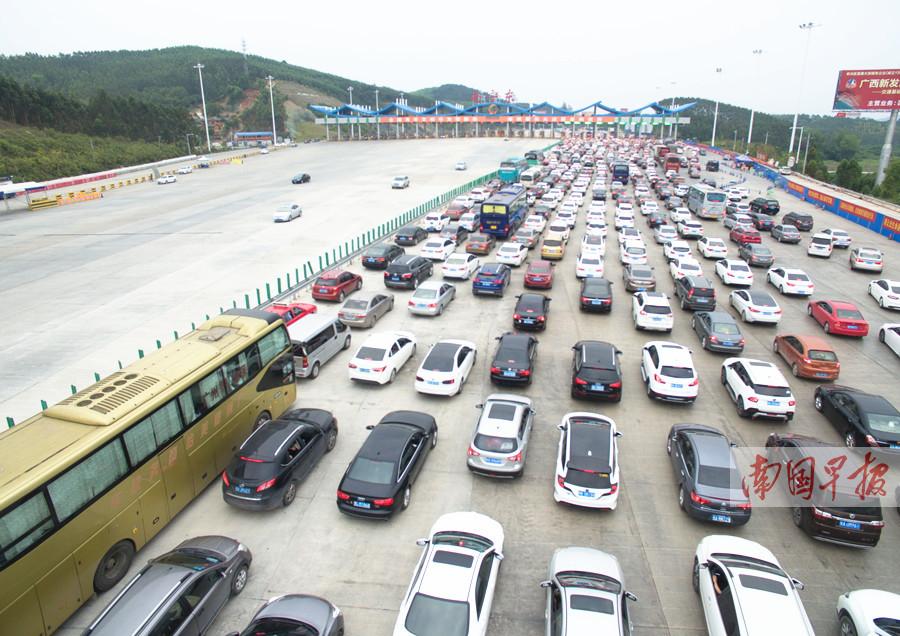 南宁东又堵了六景走不动了 民族大道车流排数公里