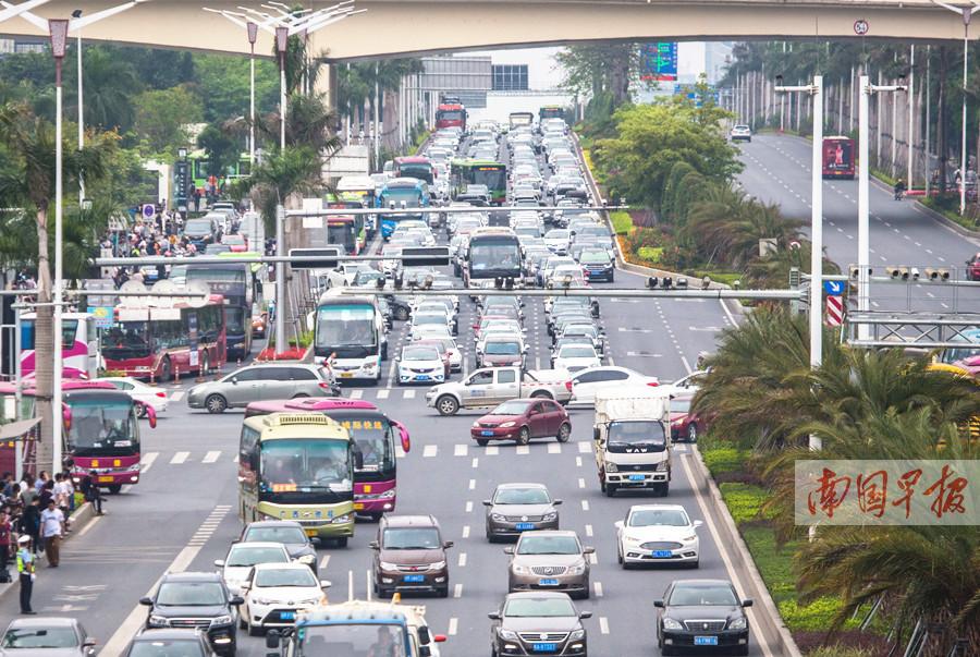 柳南高速路不好走 南宁民族大道车流也排数公里长