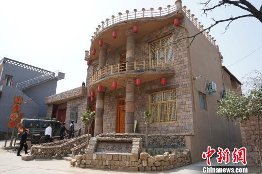 玩北京赛车网站:河南一村民花光积蓄深山建花样小楼成村景