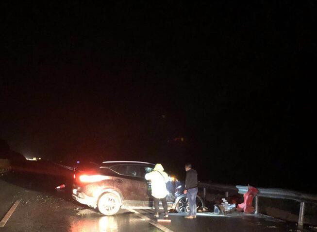 只因司机往车窗外吐了口痰 小车失控撞上高速护栏