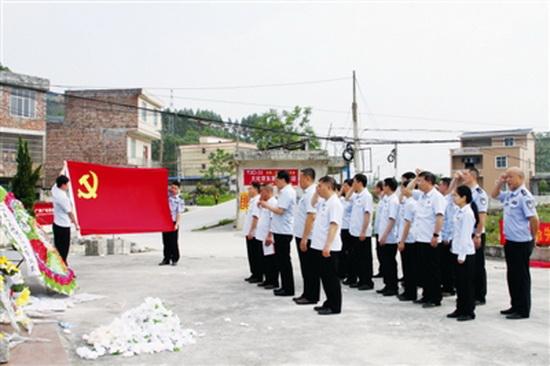 大化法院开展党日活动 重温入党誓词
