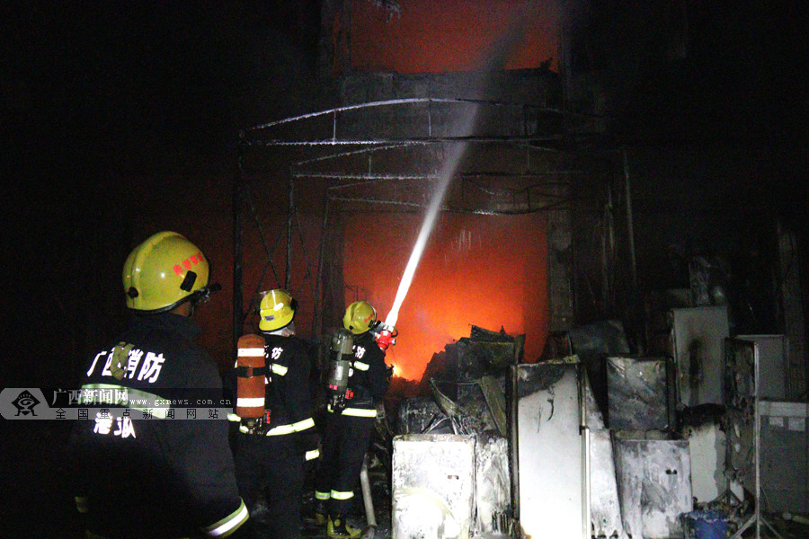 贵港一民宅突发火灾 消防员救出2人扛出5个煤气罐