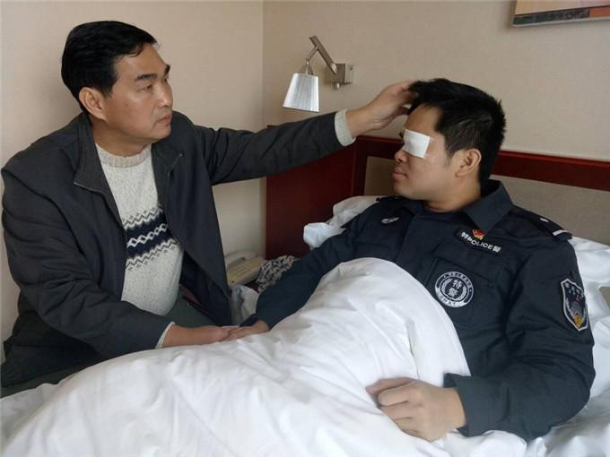 12日焦点图:90后民警勇护孕妇 左眼受伤不幸失明