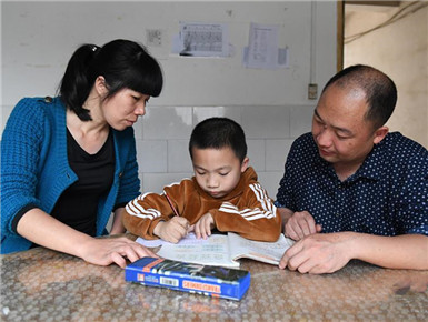 广东教师夫妇带着儿子到广西马山县跨省支教(图)