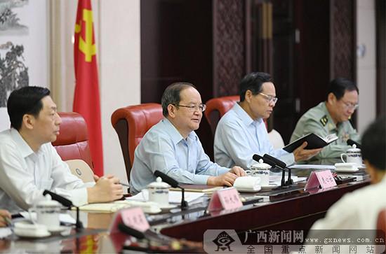 自治区党委理论学习中心组举行专题学习会