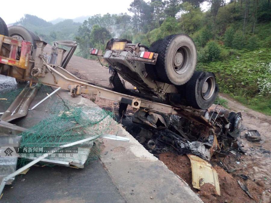 牵引挂车与罐车在高速路发生碰撞 致一死一伤(图)