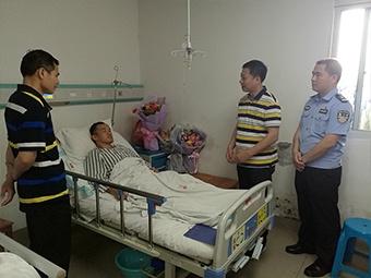 4月14日焦点图:民警抓捕毒贩遭铁棍猛击头部