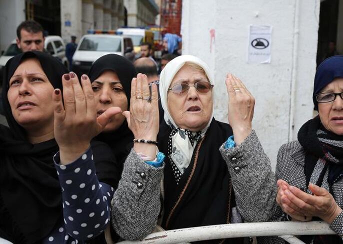 阿尔及利亚民众悼念军机坠毁遇难者