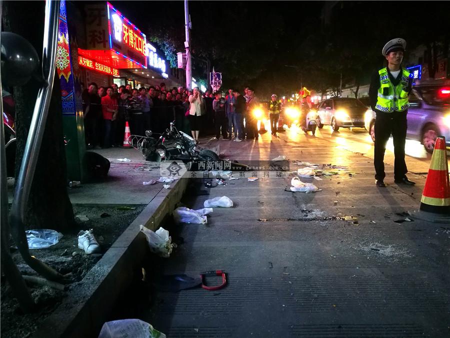 河池金城江区发生交通事故 小车连撞10辆车(组图)