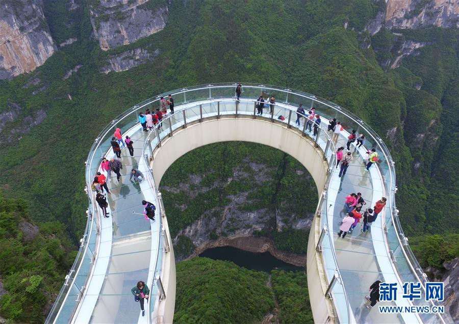(社会)(3)重庆云阳:空中俯瞰绝壁廊桥