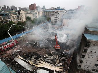 焦点:大火逼近 家长冲进幼儿园转移孩子