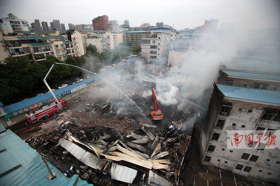4月16日焦点图:大火逼近 家长冲进幼儿园转移孩子