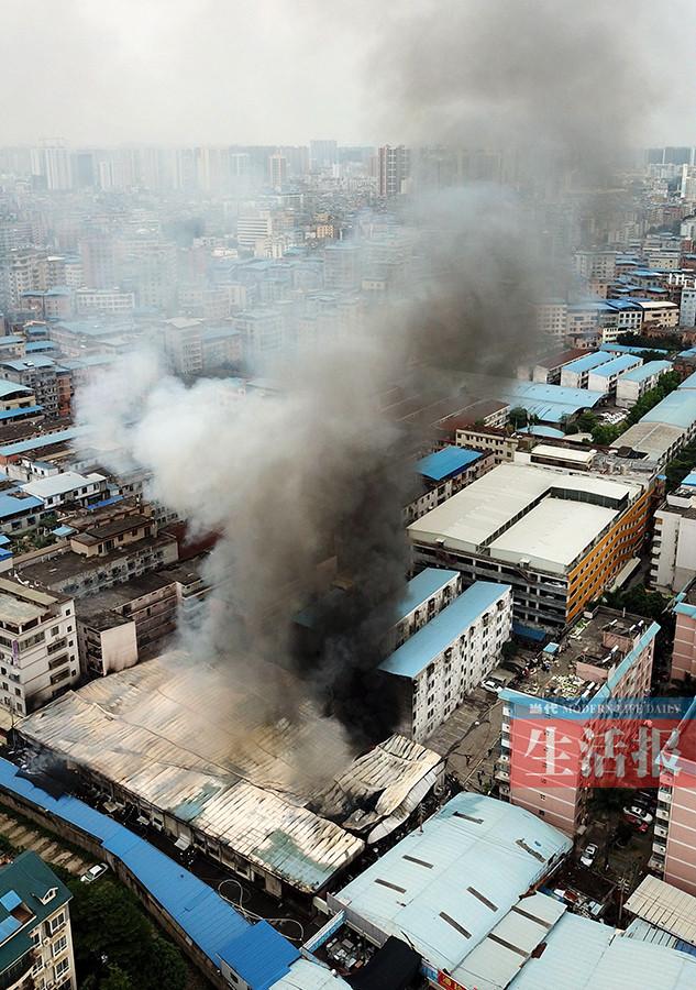 惊险!南宁一旧货市场起大火 隔壁就是幼儿园(图)