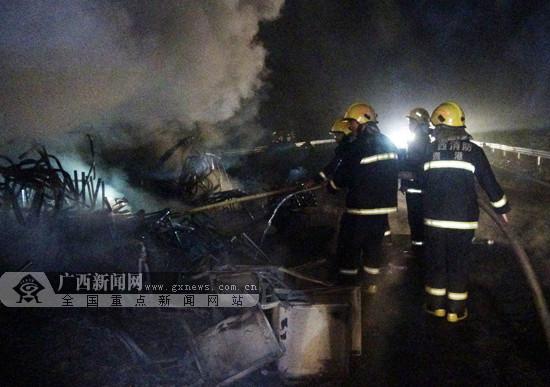 苍硕高速一货车突发火灾 火势猛烈高达十多米(图)